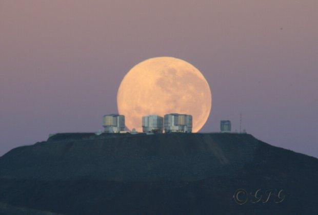 Coucher de Lune sur l'Observatoire du Cerro Paranal, désert d'Atacama, nord du Chili, altitude 2 635 mètres.