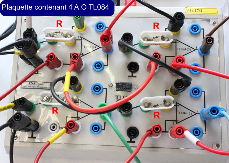Zoom sur la plaquette contenant les 4 amplificateurs opérationnels du circuit intégré TL 084