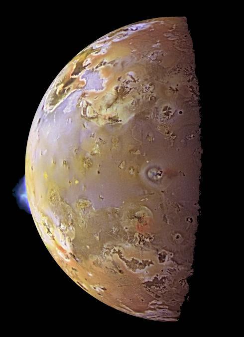 Deux visions du satellite de Jupiter Io, et de son environnement, par la sonde Galileo.