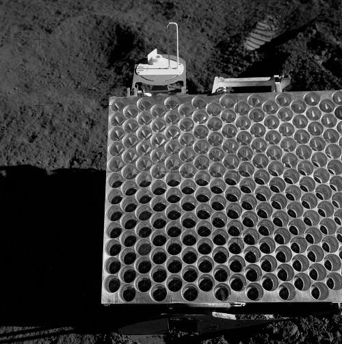 Réflecteur déposé sur la Lune par les astronautes de la mission AppoloXV. C'est le plus grand des réflecteurs déposés sur la lune (dimensions1mx0,6m).