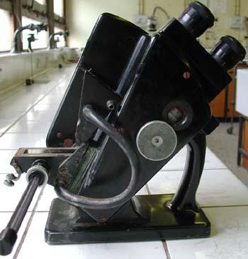Le réfractomètre vue du côté gauche